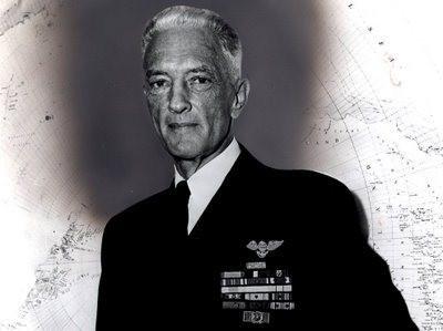 RICHARD EVELYN BYRD (25/10/1888 – 11/03/1957) Almirante da Marinha dos EUA foi um aviador, pioneiro e explorador dos dois polos, que sobrevoou o Pólo Norte em 9 de maio de 1926, e dirigiu numerosas expedições à Antártida, sobretudo um vôo sobre o Pólo Sul em 29 de novembro de 1929. Foram cinco suas expedições ao continente austral/Antártida, entre a primeira em 1929 e a última em 1956. Entre 1946 e 1947, levou adiante a grande operação chamada HighJump (que visava expulsar alemães remanescentes do nazismo de uma base alemã do pólo sul-Neuschwabenland), durante a qual descobriu e cartografou 1.390.000 km2 de território antártico. Em 1955 realizou a expedição Deep Freeze também na Antártica, tendo voado pela última vez sobre o polo austral em 1956.