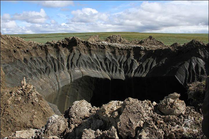 Primeiras imagens da grande cratera próxima ao campo de gás Bovanenkovo. Teorias variam de meteoritos, mísseis dispersos, uma brincadeira feita pelo homem, alienígenas, explosão de metano ou gás de xisto. Imagens: Andrey Naumenko, 'Yamal-Região'