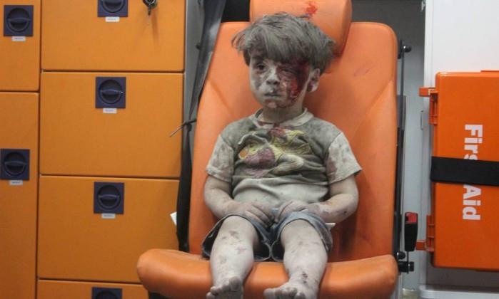 A foto de Omran, atordoado e coberto de poeira e sangue, dentro de uma ambulância depois de um ataque aéreo, foi publicada por jornais do mundo inteiro.