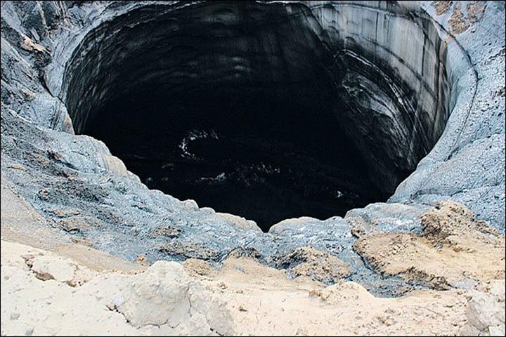 Esta nova cratera surgiu no distrito de Taz, perto da aldeia de Antipayuta, tem um diâmetro de cerca de 15 metros. Fotos: Google Maps, serviço de imprensa do governador YaNAO