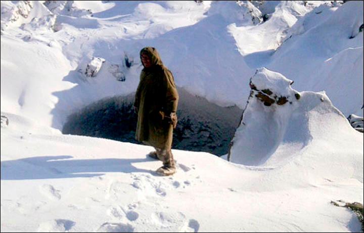 Os pastores quase caíram no buraco que fica em uma rota de pastoreio de suas renas. Eles tiraram fotos do buraco que foram enviados para os cientistas no Norilsk Taimyr Explorers Club'.