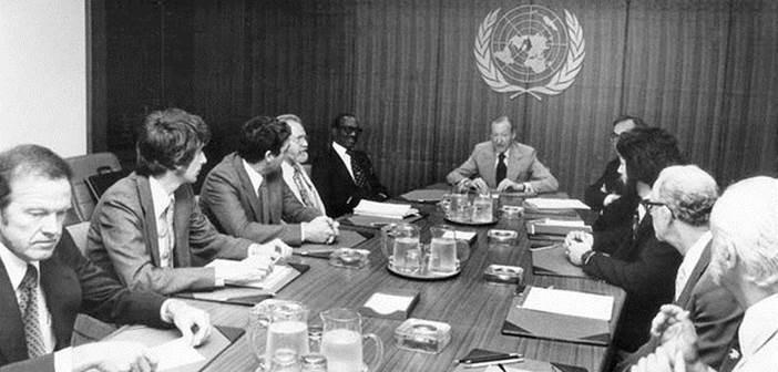 Em 14 de julho de 1978, o produtor Lee Speigel (agora colunista do Huffington Post) uniu um grupo de especialistas militares, cientistas e psicólogos para uma reunião com o Secretário Geral da ONU, Kurt Waldeheim, a fim de discutirem a vindoura apresentação de Speigel para o Comitê de Política Especial das Nações Unidas no final daqulele ano.  Tópico: A importância de estabelecer um comitê internacional de OVNIs. Começando na esquerda:  USAF astronauta Coronel Gordon Cooper, astrônomo Jacques Vallee, astrônomo/astrofísico Claude Poher, astrônomo J. Allen Hynek, Primeiro Ministro de Granada Sir Eric Gairy, Waldheim, Morton Gleisner do Comitê de Política Especial, Lee Speigel, pesquisador Leonard Stringfield e psicólogo da Universidade do Colorado David Saunders.