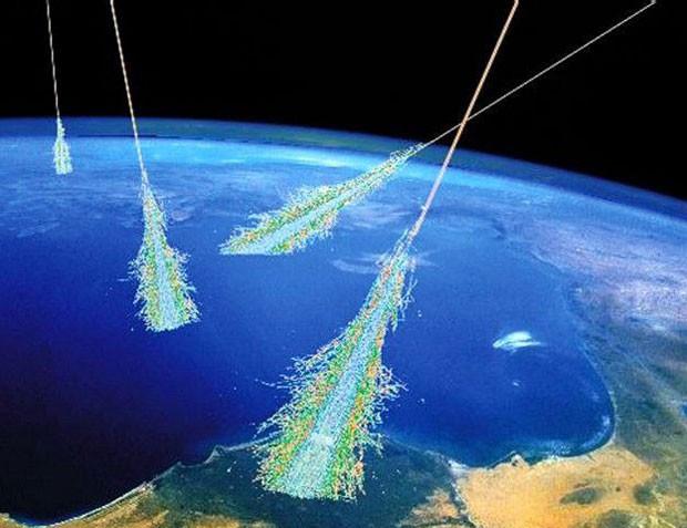Os raios cósmicos se chocam contra a atmosfera terrestre e suas partículas viajam na velocidade da luz (Foto: BBC/Nasa)