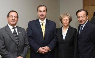 Leslie Kean com membros da CEFAA (a partir da esquerda): Gustavo Rodriguez, General Ricardo Bermúdez, Leslie Kean, Jose Lay. (Credito: DGAC)