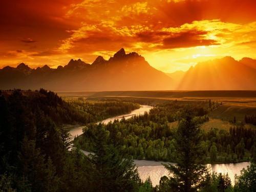 """Por do Sol nas Montanhas Rochosas, no Grand Teton, em Jackson Hole, Wyoming e o rio Snake (Serpente). Local onde fica o """"TEMPLO DO ROYAL TETON"""" da Grande Fraternidade Branca."""