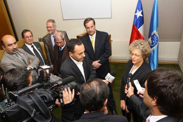 Leslie Kean sendo entrevistada pela imprensa chilena. General Bermúdez à sua direita. (Credito: DGAC)
