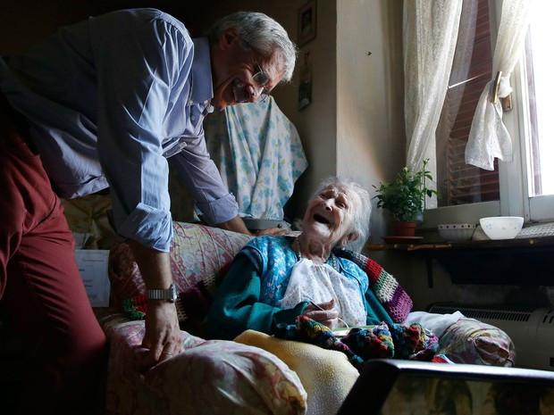 O médico Carlo Bava visita Emma Morano uma vez por semana (Foto: AP Photo/Antonio Calanni)