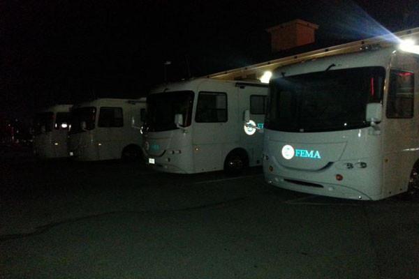 Cargas de FEMA ônibus em Texas! O que eles estão preparando para este Tempo