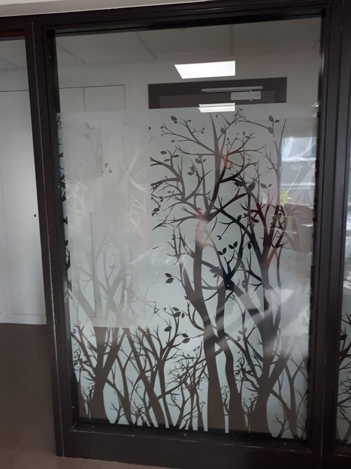 Film décoratif arbre dans une école