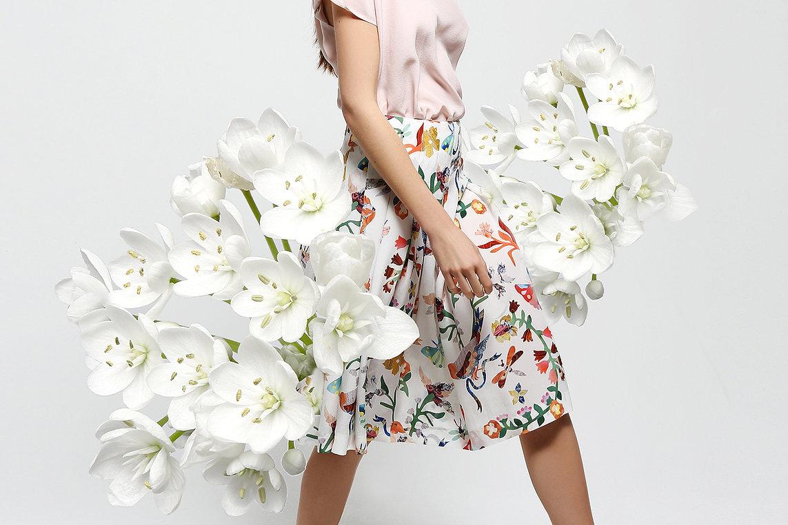 silhouette femme et fleurs