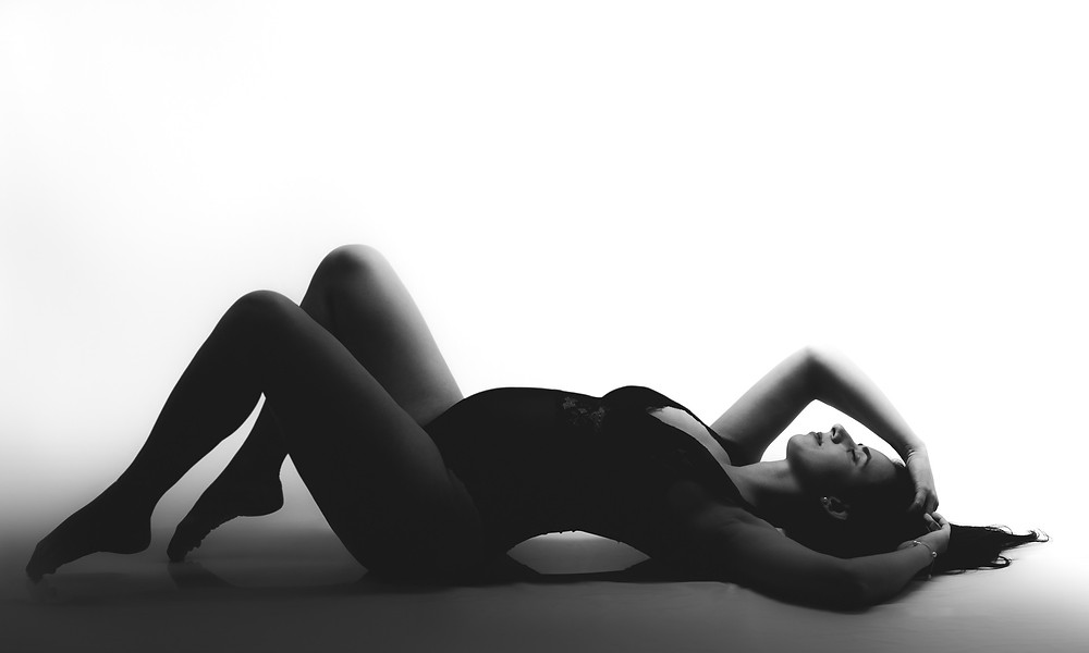 gestante deitada posando para ensaio fotográfico