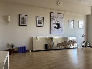 スタジオ左の壁面画像