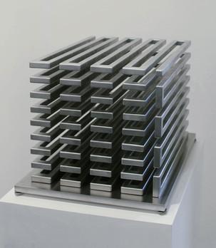 MARTIN WILLING Konischer Stab, zum Kubus gekantet 2017 Exemplar I/II Chrom-Nickel-Federdraht, gekantet, vorgespannt, angelassen auf justierbarer Edelstahlplatte Kantenlänge 22 cm