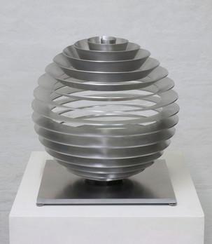 MARTIN WILLING Kugel, radial 2013 Ex. 6/10 Duraluminium, gefräst, geschliffen, gebogen, vorgespannt Ø 40 cm, Höhe 42 cm Kreisen und Walgen (4,7s), Atmen (1s), Wirbeln (0,7s), Präzession (180s)
