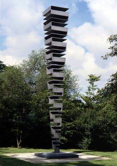 MARTIN WILLING Quadratschichtung, zweiachsig, wachsend, 1999-2000 Titan auf Stahlplatte Höhe 6,5 m, Grundplatte 1,3 x 1,3 m Standort: Skulpturenpark Köln, Riehler Straße