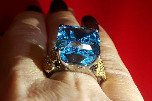 Перстень: Швейцарский голубой топаз.Топазы.925.Золото. 18р