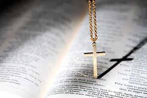 성경과 십자가.jpg