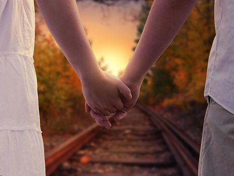 holding-hands-1772035_1920.jpg
