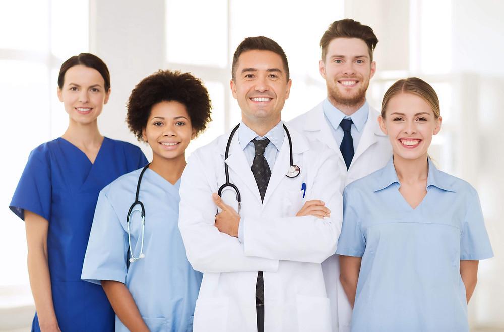 Médicos felices por brindarte se ayuda.