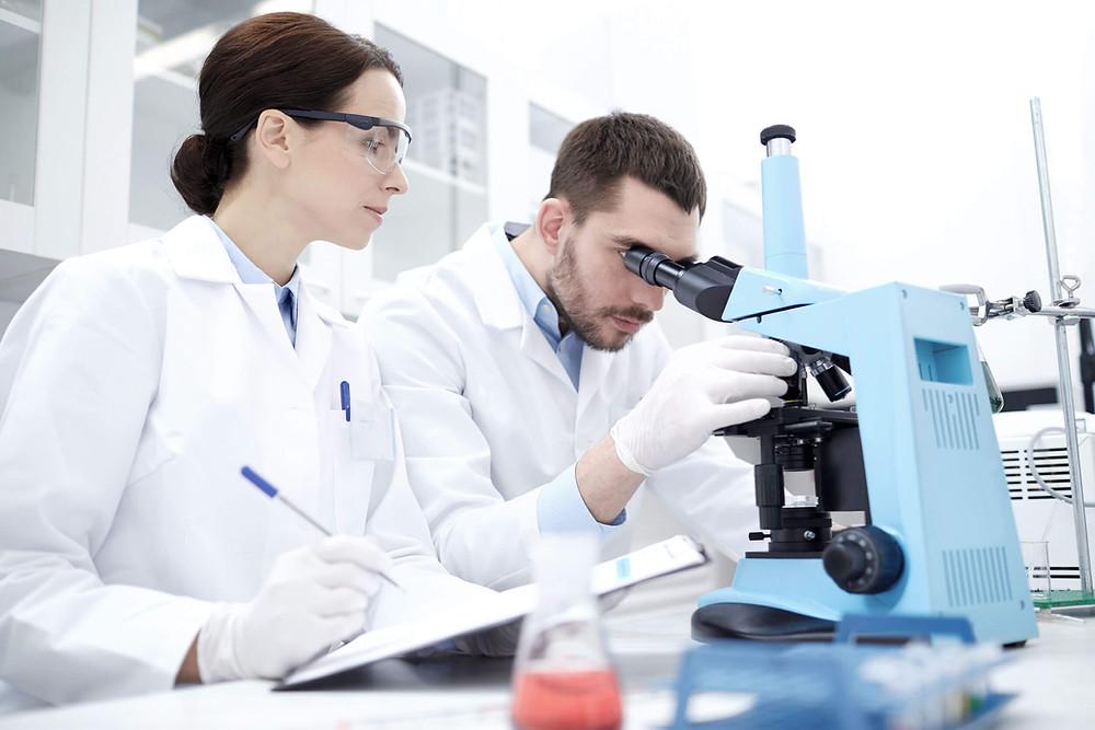 Doctores analizando muestras en un microscopio