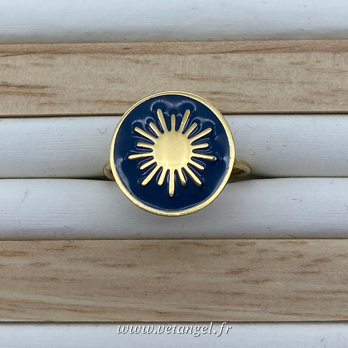 Bague en acier inoxydable forme ronde émaillée bleu constellation dorée au centre vue du dessus
