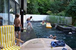 een duik in de bijverwarmde zwemvijver na een fietstocht of wandeling