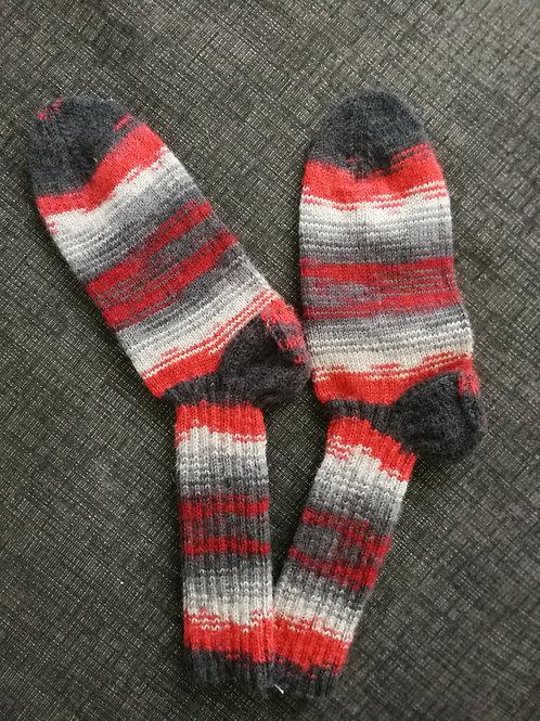 Socken hellgrau-dunkelgrau-rot