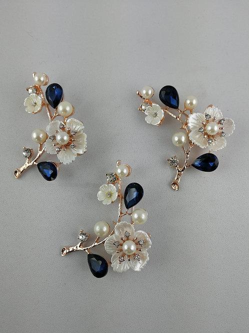 Tuchnadel Blumen mit Perlen / weiß blau