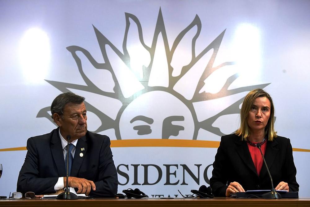 A vicepresidente da União Europeia, à direita, e o chanceler de Uruguai, à esquerda