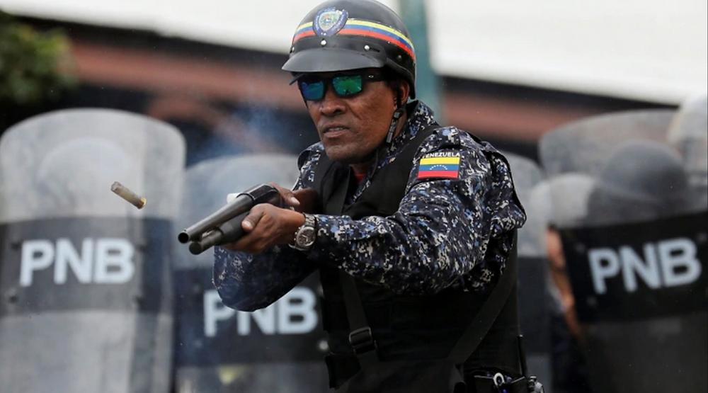 Un Policia dispara a manifestantes, 23 de enero, foto de Reuters