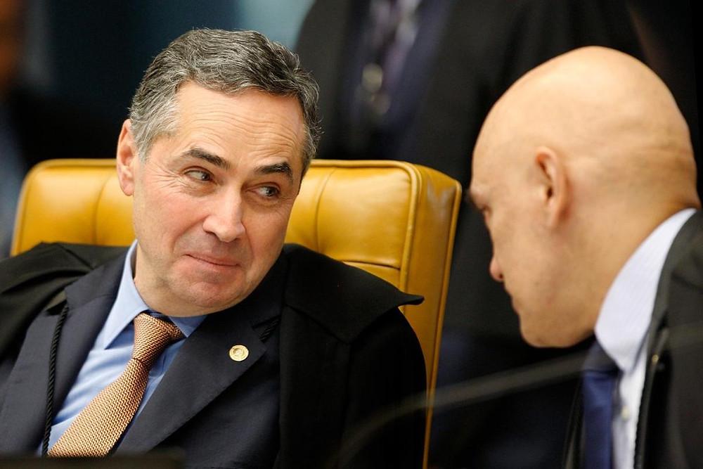 Os ministros do STF Roberto Barroso, à esquerda, e Alexandre Moraes, à direita