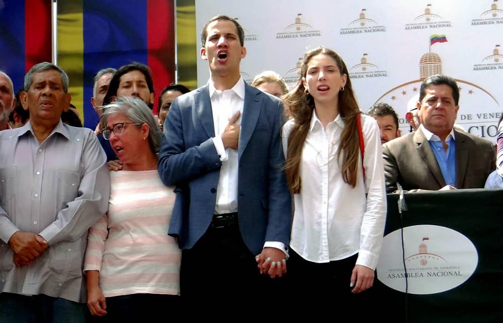 Juan Guaidó, al centro, con su esposa. Él es el presidente de la Asamblea Nacional de Venezuela y presidente interino de la Nación.