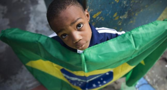 Niño brasileño porta la bandera del país