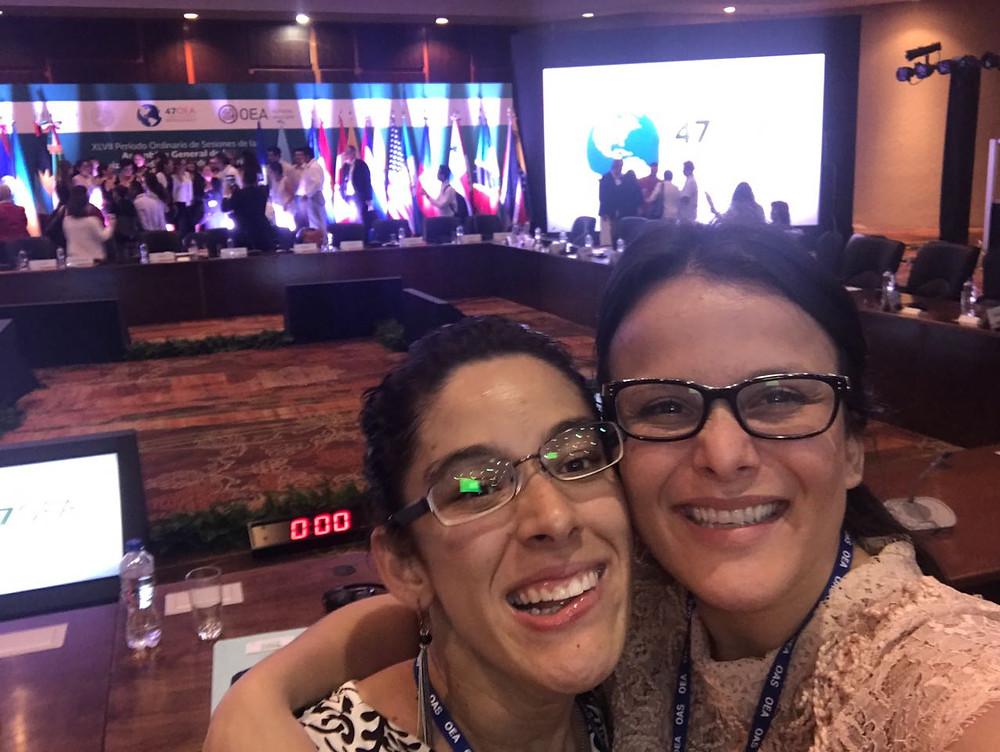 Andrea Flores y la líder provida salvadoreña Fátima Moreno