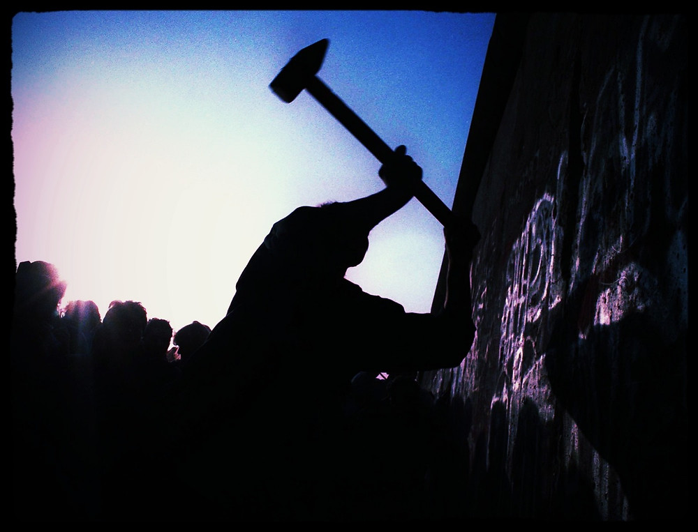Derrumbando el muro de Berlin, John Gaps, 1989