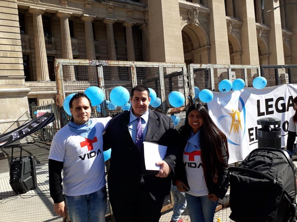 El abogado Angel Romero, al centro, acompañado de los líderes de la Fundación Más Vida