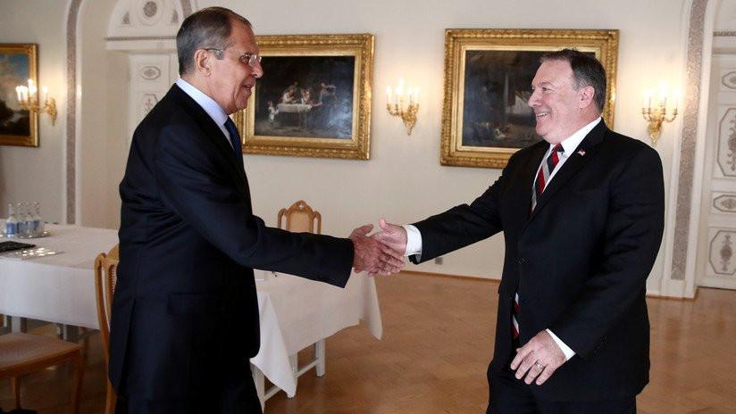 Mike Pompeo, jefe del Departamento de Estado americano, y Serguéi Lavrov, ministro do Asuntos para el Exterior ruso.