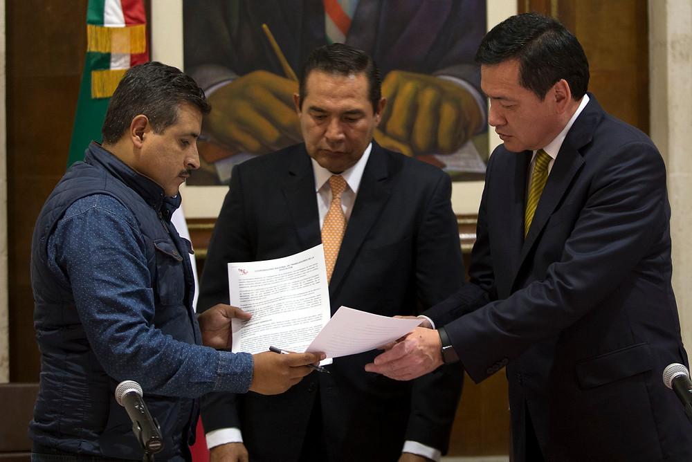 Luis Miranda Nava, al centro, en la entrega de acuerdos con la CNTE