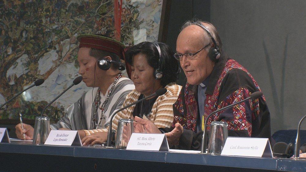 El padre Eleazar López en una de las ruedas de prensa del Sínodo