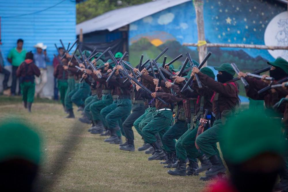 Militantes del EZLN entrenando