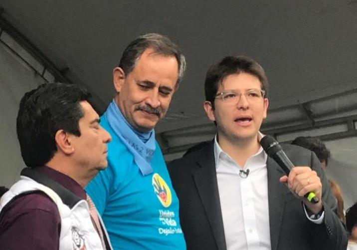 Uribe Turbay, a la derecha, habla durante el acto en que firmó el 'Pacto con la Vida y la Familia'