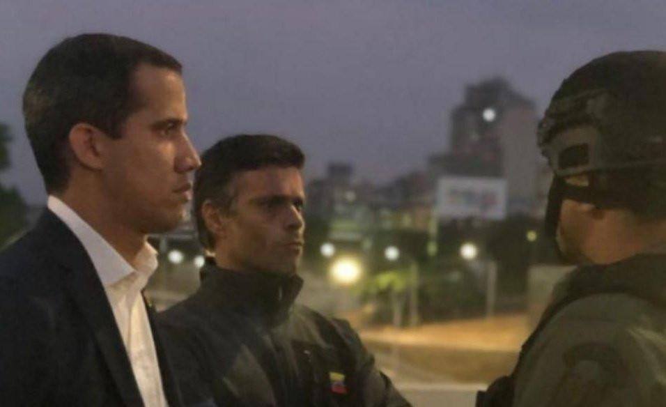 Juan Guaidó y Leopoldo López con militares que respaldan el gobierno interino este 30 de abril