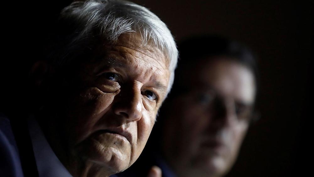 Manuel Andrés López Obrador, na frente; Marcelo Ebrard, no fundo.