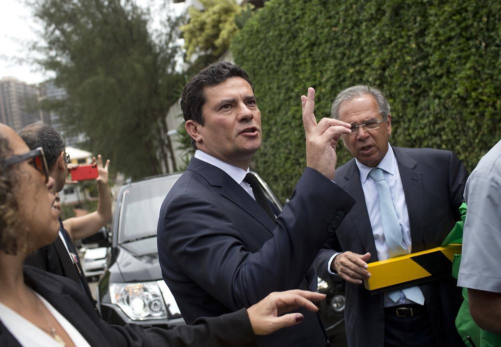 Sergio Moro, en la casa del presidente electo, Jair Bolsonaro. Paulo Guedes al fondo.