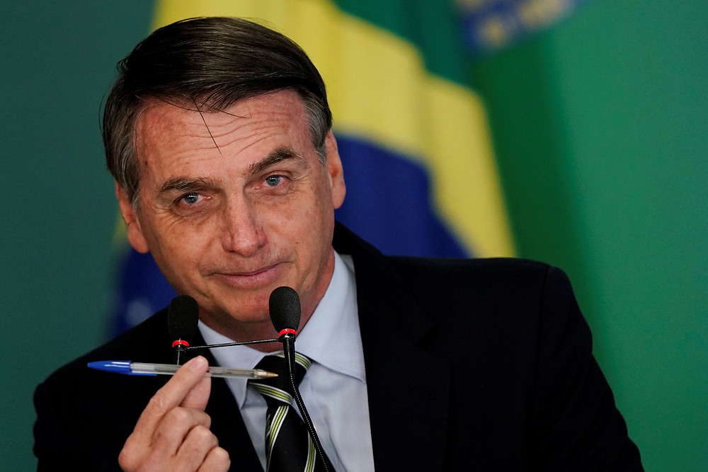 O presidente Bolsonaro assina o Decreto que flexibiliza a posse de armas