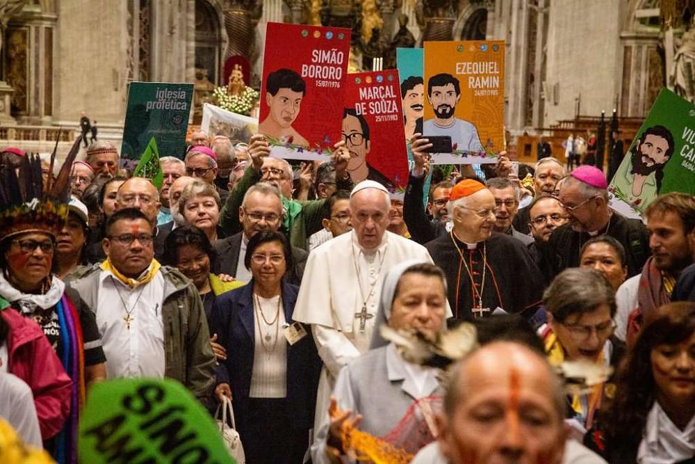 El Papa Francisco, al centro, en la Via Sacra organizada por miembros de Amerindia durante el Sínodo