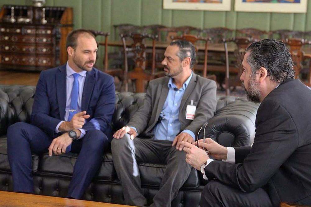 De izquierda a derecha, el diputado Eduardo Bolsonaro, Maciel Joaquim, coordinador del Frente Ciudadano, y el canciller Ernesto Araújo