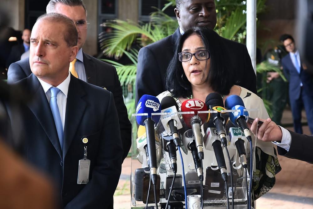 Damares Alves, nombrada por Bolsonaro titular del Ministerio de Mujer, Familia y Derechos Humanos; a su izquierda Onyx Lorenzoni, titular de la Casa Civil.