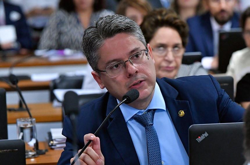 O senador Alessandro Vieira, relator da lei que criminaliza oposição à homossexualidade e à ideologia de gênero