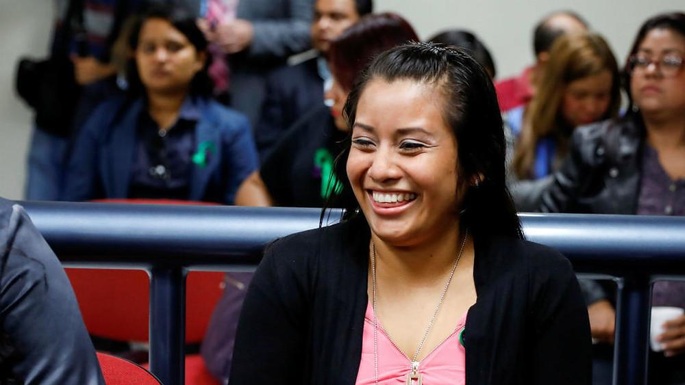Evelyn Hernández, su bebe fue encontrado muerto en una fosa séptica porque respiró heces fecales. Fue declarada inocente pues dijo no saber que estaba embarazada.